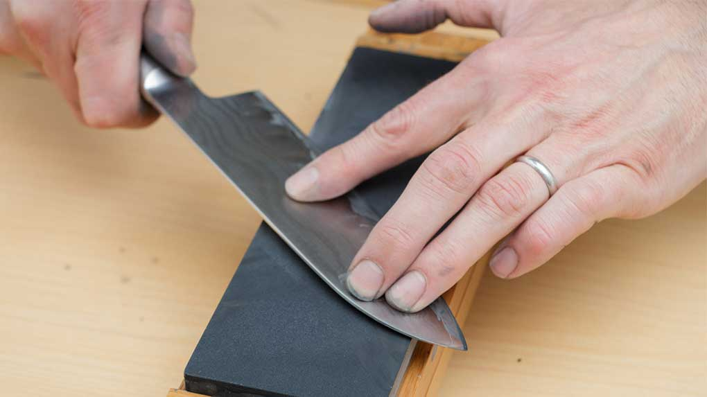How-to-use-a-whetstone